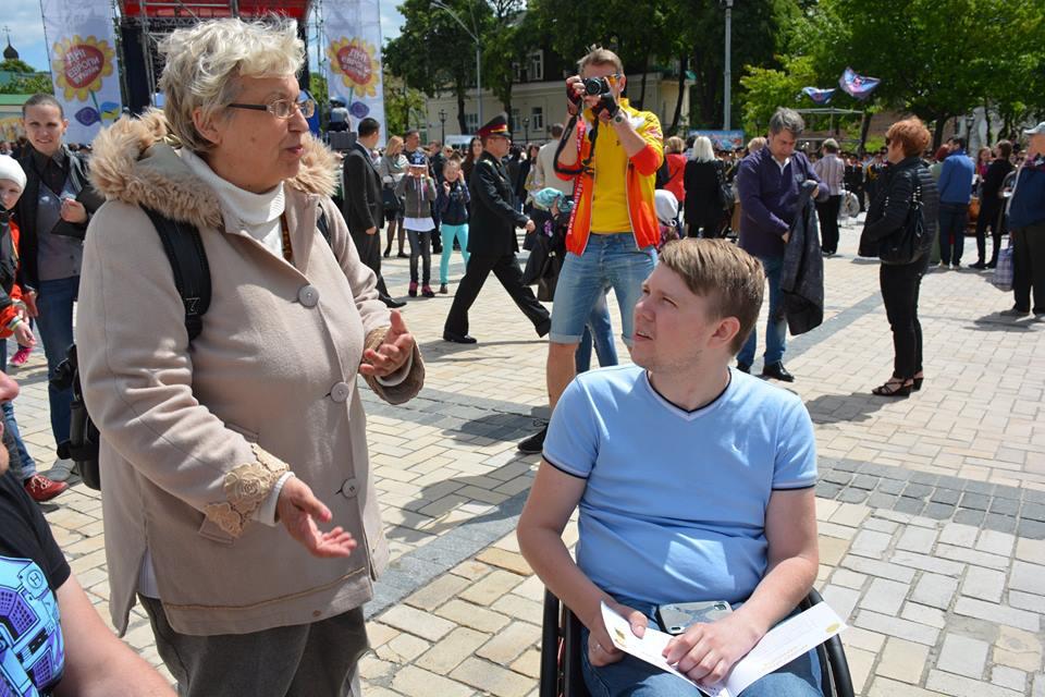 Віталій Пчолкін спілкується з жінкою яка має доньку з інвалідністю