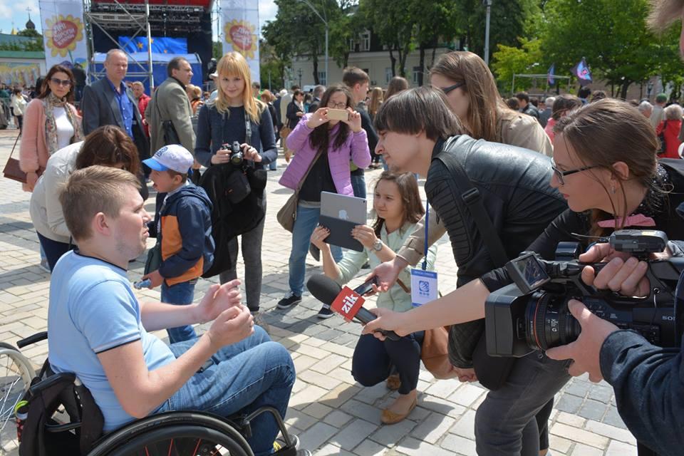 Журналісти беруть у Віталія інтерв'ю і задають питання що для нього Європа
